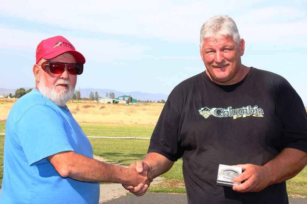 Rich McGuire presents Willy Gooch with  2014 Central Oregon Handicap Championship buckle