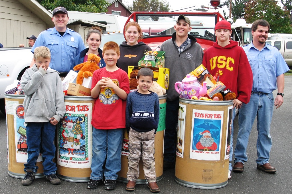 Kids with Toys at Eel River Trap Club Toys for Tots 2006