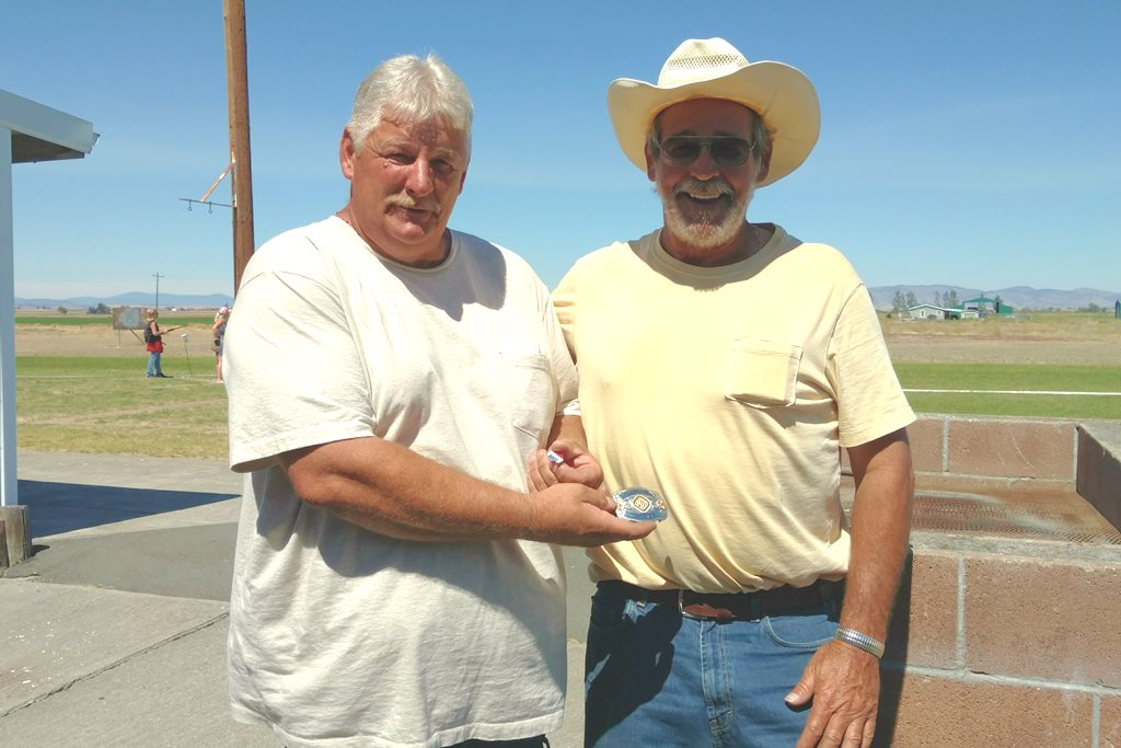 Willy presents Jim Harrison with HOA buckle at Madras shoot